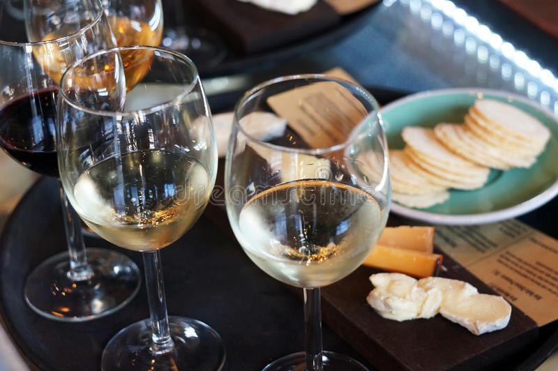 Γυαλιά κρασιού στον καφέ στοκ φωτογραφίες