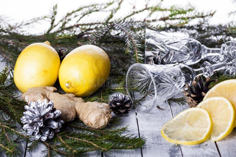 Γυαλιά κρυστάλλου στον πίνακα του νέου έτους στοκ εικόνες