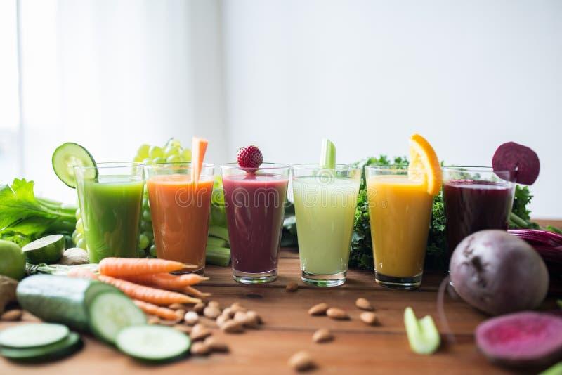 Γυαλιά με τα διαφορετικά φρούτα ή τους φυτικούς χυμούς στοκ εικόνες