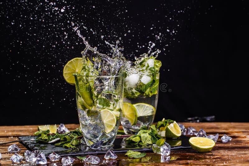 Γυαλιά με το ποτό, παφλασμοί, ασβέστης στοκ εικόνες με δικαίωμα ελεύθερης χρήσης