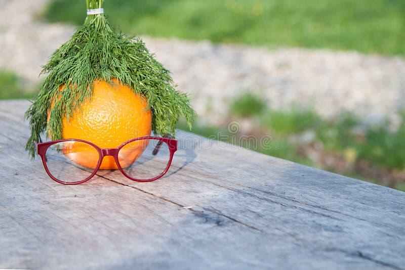 Γυαλιά σε έναν ξύλινο πίνακα, στοκ εικόνες με δικαίωμα ελεύθερης χρήσης
