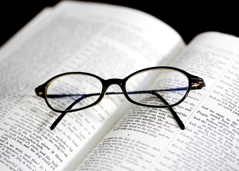 γυαλιά στο βιβλίο στοκ εικόνα με δικαίωμα ελεύθερης χρήσης