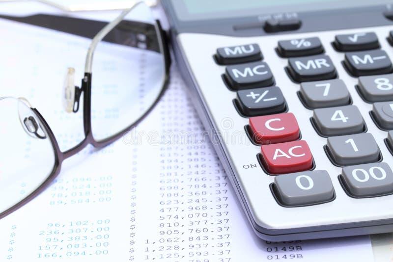 Γυαλιά υπολογιστών και ματιών στη δήλωση τραπεζών στοκ φωτογραφία