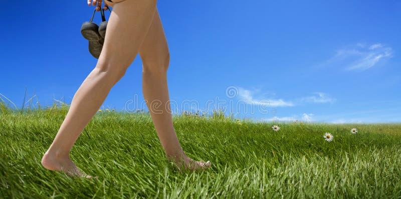 γυμνά πόδια θηλυκού περπα&t στοκ φωτογραφίες με δικαίωμα ελεύθερης χρήσης