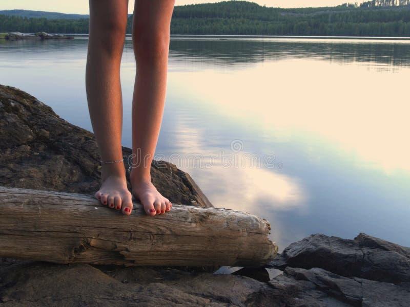 γυμνά πόδια λιμνών στοκ φωτογραφίες με δικαίωμα ελεύθερης χρήσης