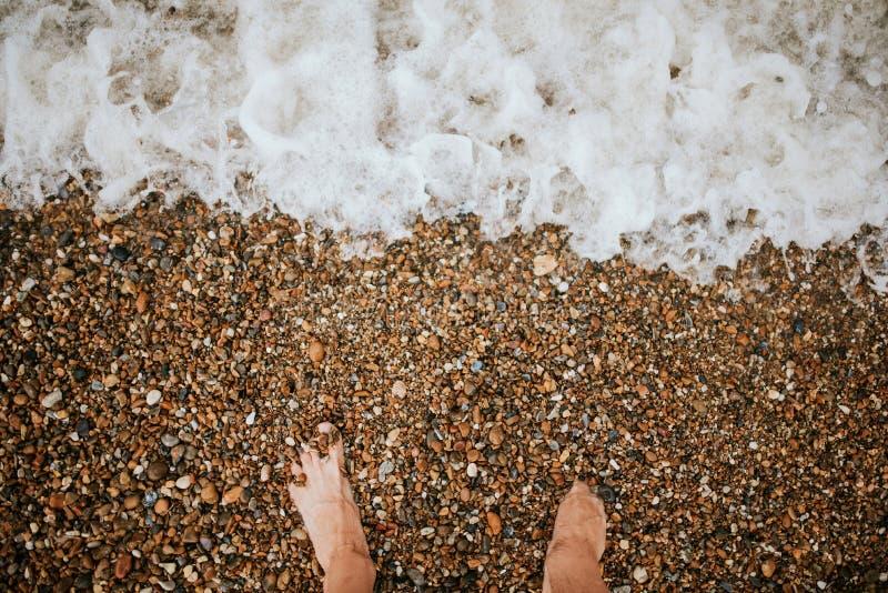 Γυμνά πόδια στο bach στοκ εικόνες
