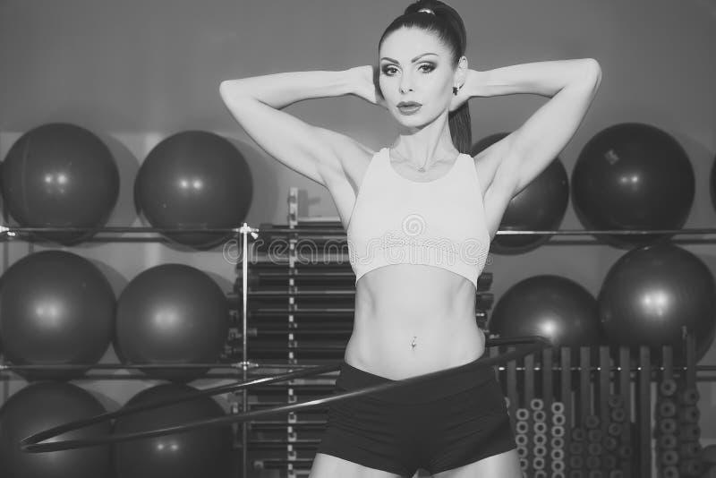 Γυμναστική γυναικών ` s Στεφάνη στροφών Brunette στοκ εικόνες