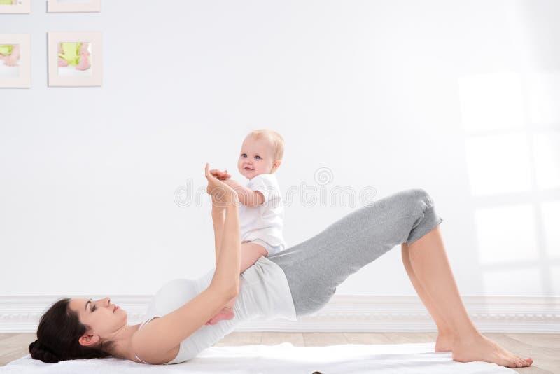 Γυμναστική μητέρων και μωρών στοκ φωτογραφίες με δικαίωμα ελεύθερης χρήσης