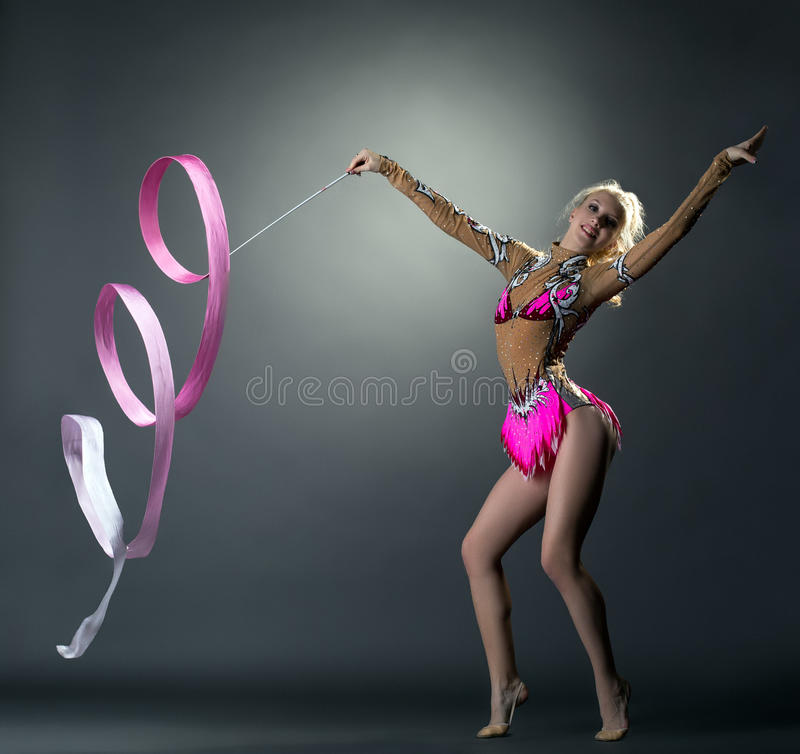 γυμναστική ρυθμική Gymnast που χορεύει με την κορδέλλα στοκ εικόνες