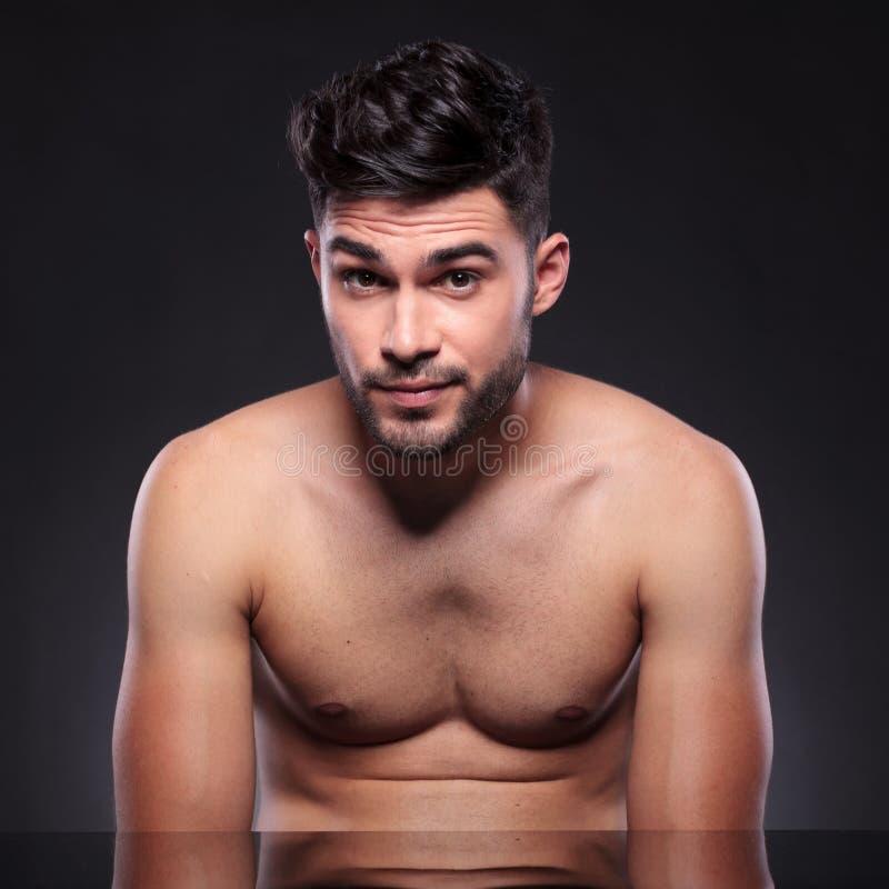 Γυμνός νεαρός άνδρας με τα αυξημένα φρύδια στοκ φωτογραφία
