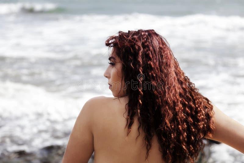 Γυμνός πίσω ωκεανός πορτρέτου σχεδιαγράμματος γυναικών του Λατίνα στοκ εικόνες με δικαίωμα ελεύθερης χρήσης