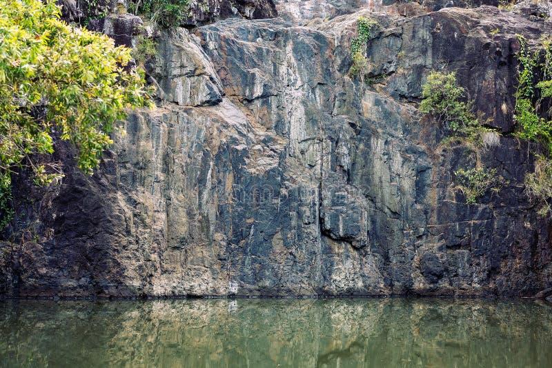 Γυμνός τοίχος βράχου ενός ξηρού καταρράκτη στοκ φωτογραφία με δικαίωμα ελεύθερης χρήσης