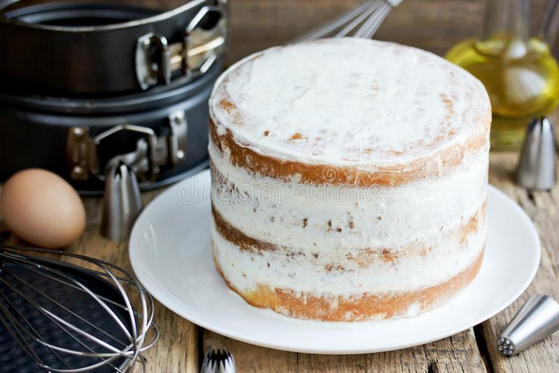 Γυμνό κέικ με το πάγωμα τυριών στοκ εικόνες