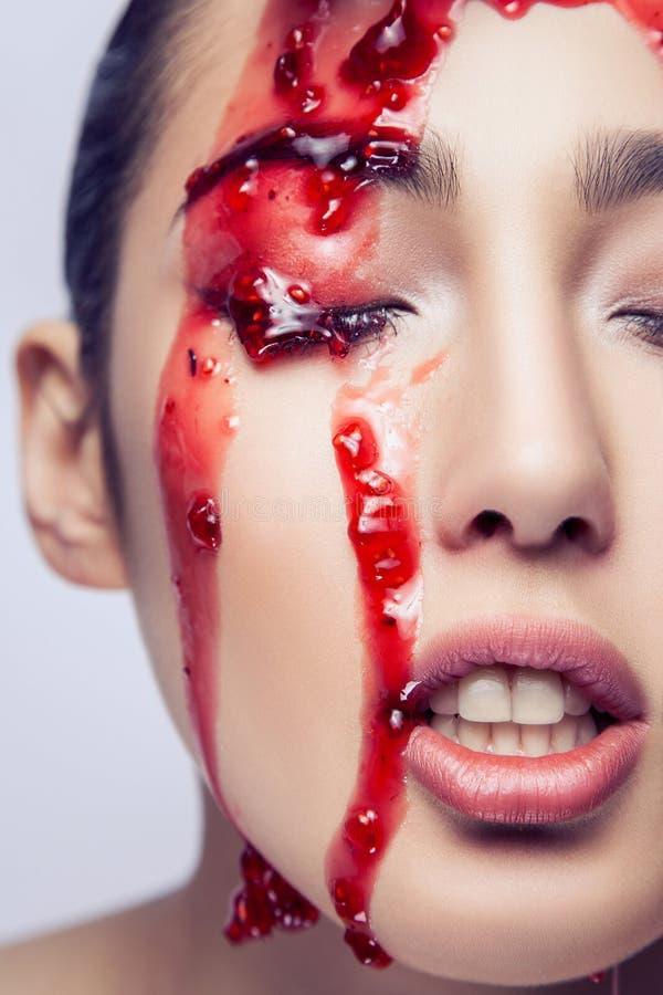 Γυμνό πρότυπο ανοικτό στόμα μόδας Μαρμελάδα στο πρόσωπό της στοκ φωτογραφίες με δικαίωμα ελεύθερης χρήσης