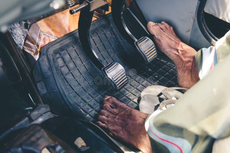Γυμνό πόδι στο πεντάλι αερίου Οδήγηση ταξιτζήδων χωρίς παπούτσια σε Sri μαλακό στοκ εικόνα