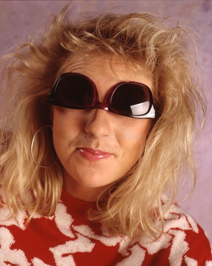 γυναίκα άνω πλευρών γυαλιών ηλίου στοκ φωτογραφίες