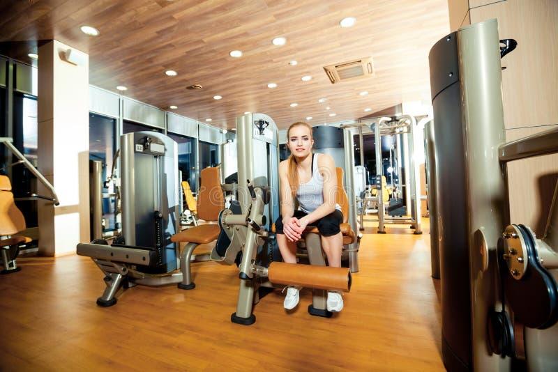 Γυναίκα άσκησης επέκτασης ποδιών γυμναστικής workout εσωτερική στοκ φωτογραφία