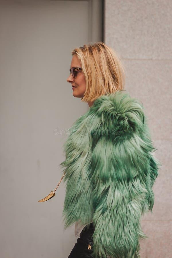 Γυναίκα έξω από τις εθνικές επιδείξεις μόδας κοστουμιών που χτίζει για την εβδομάδα 2014 μόδας των γυναικών του Μιλάνου στοκ φωτογραφία με δικαίωμα ελεύθερης χρήσης