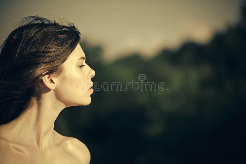 Γυναίκα ή κορίτσι με τη μακριά τρίχα brunette και τους γυμνούς ώμους στοκ εικόνες