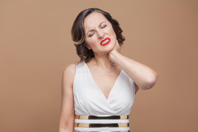 Γυναίκα αδιάθετη Έχετε τον πόνο στο λαιμό στοκ εικόνες