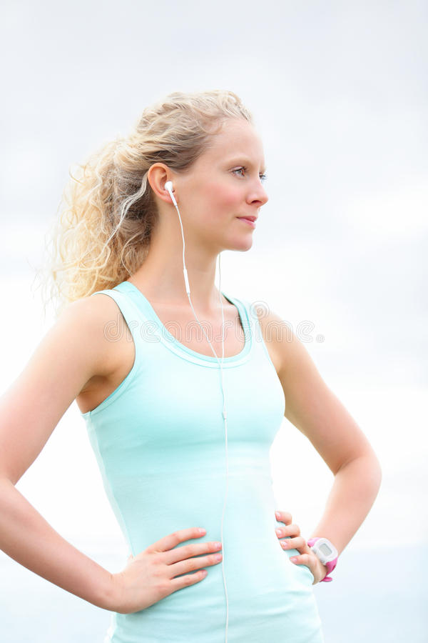 Γυναίκα αθλητικών αθλητών που στηρίζεται μετά από να τρέξει workout στοκ φωτογραφία με δικαίωμα ελεύθερης χρήσης