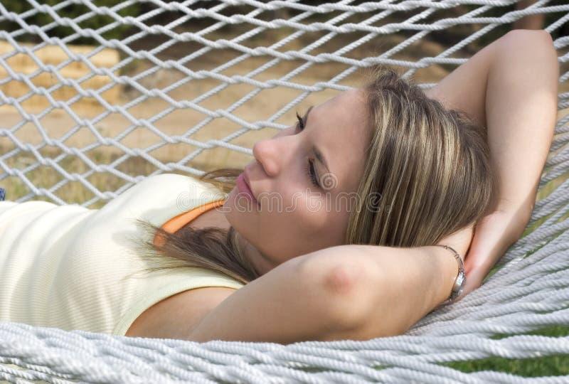 Download γυναίκα αιωρών στοκ εικόνα. εικόνα από χαλάρωση, γυναίκες - 384619