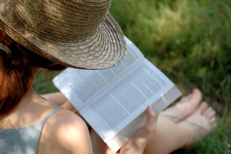 γυναίκα ανάγνωσης βιβλίων στοκ φωτογραφία