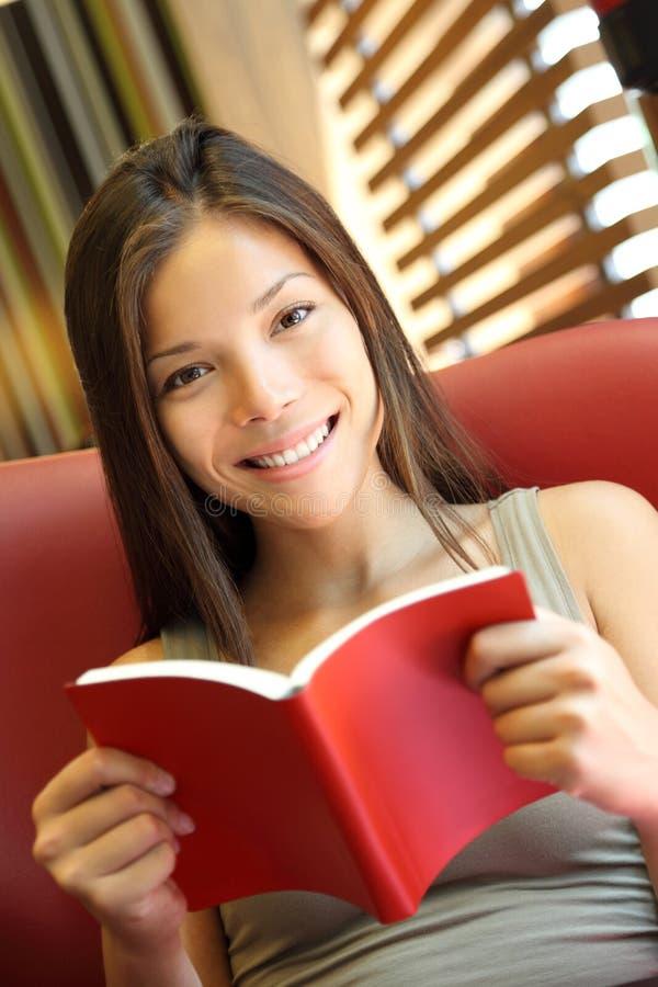 γυναίκα ανάγνωσης βιβλίω&n στοκ φωτογραφία