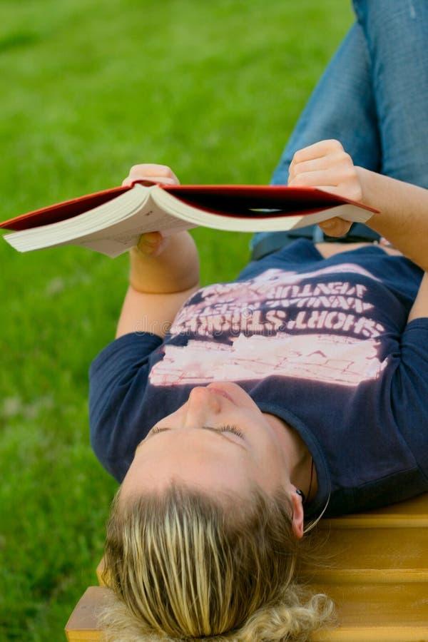 γυναίκα ανάγνωσης πάρκων στοκ φωτογραφία