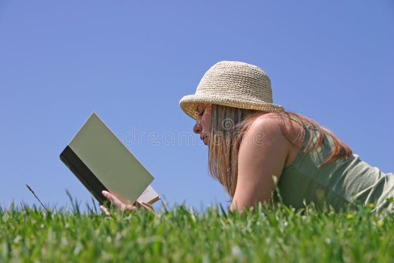γυναίκα ανάγνωσης στοκ εικόνες