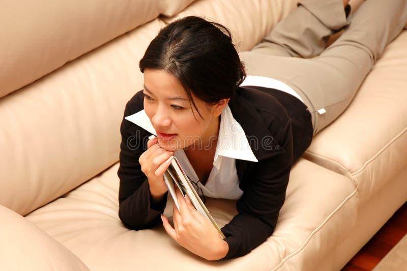 γυναίκα ανάγνωσης στοκ εικόνες με δικαίωμα ελεύθερης χρήσης