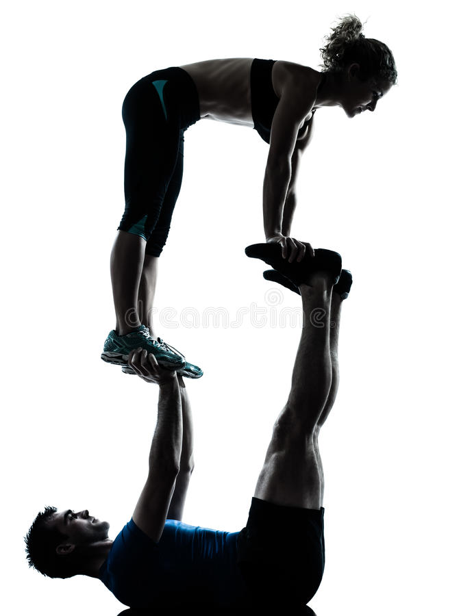 Γυναίκα ανδρών που ασκεί την ακροβατική ικανότητα workout στοκ εικόνες