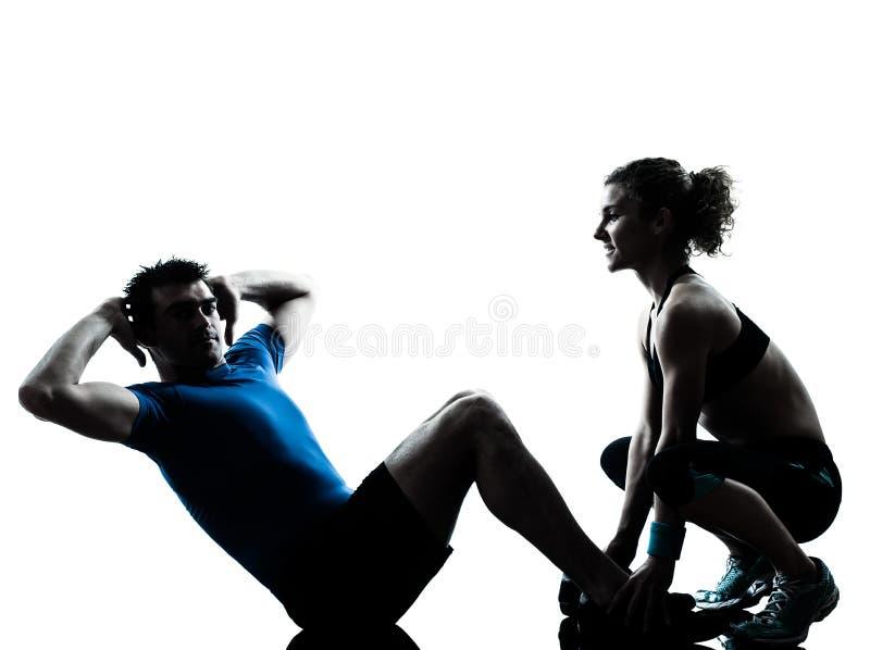Γυναίκα ανδρών που ασκεί την κοιλιακή ικανότητα workout στοκ εικόνες