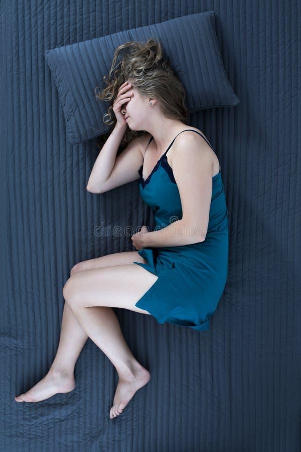Γυναίκα απελπισίας που φωνάζει στο κρεβάτι στοκ φωτογραφία με δικαίωμα ελεύθερης χρήσης