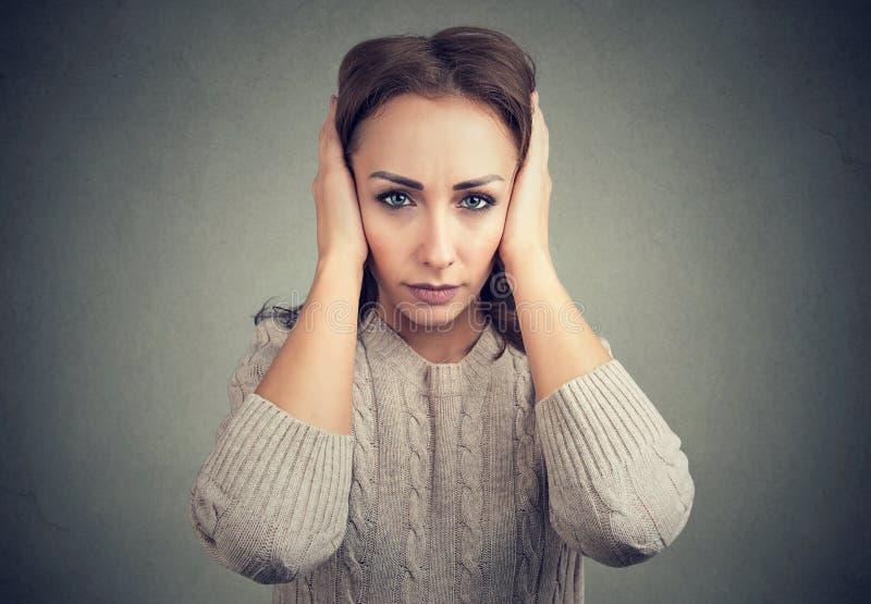 Γυναίκα απρόθυμη να ακούσει καθεμία στοκ φωτογραφία