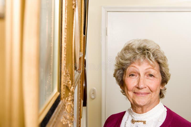 Γυναίκα από τον τοίχο των εικόνων στοκ εικόνα με δικαίωμα ελεύθερης χρήσης