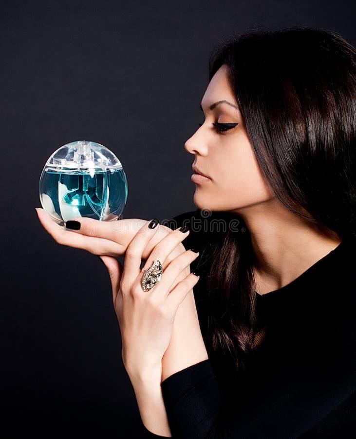 γυναίκα αρώματος μπουκαλιών στοκ φωτογραφία με δικαίωμα ελεύθερης χρήσης