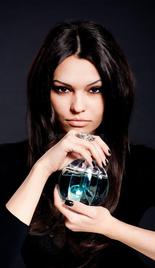 γυναίκα αρώματος μπουκαλιών στοκ εικόνες με δικαίωμα ελεύθερης χρήσης