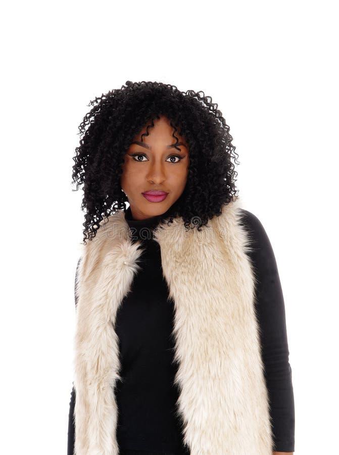 Γυναίκα αφροαμερικάνων κινηματογραφήσεων σε πρώτο πλάνο στο παλτό γουνών στοκ φωτογραφίες