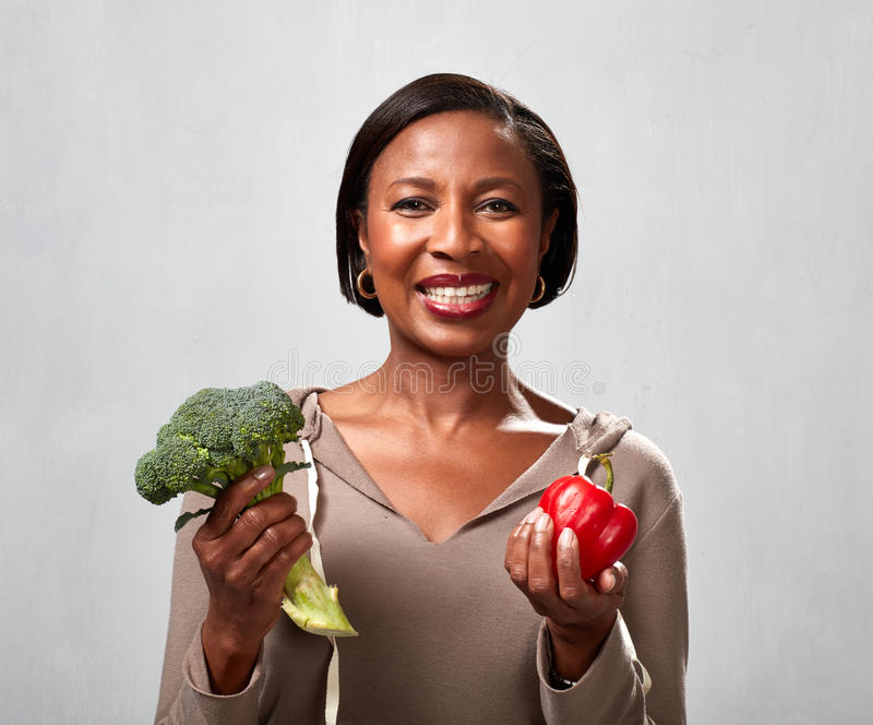 Γυναίκα αφροαμερικάνων με το μπρόκολο στοκ εικόνα με δικαίωμα ελεύθερης χρήσης