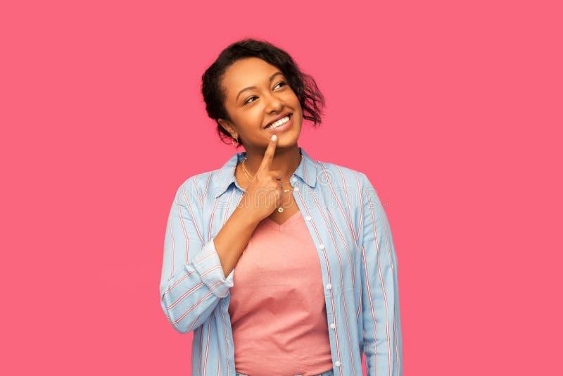 Γυναίκα αφροαμερικάνων που ανατρέχει τα Η.Ε και που σκέφτεται στοκ φωτογραφίες με δικαίωμα ελεύθερης χρήσης