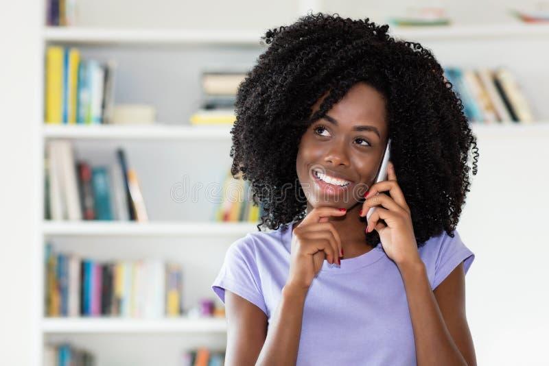 Γυναίκα αφροαμερικάνων που μιλά με επικοινωνία της εξυπηρέτησης πελατών στοκ φωτογραφίες
