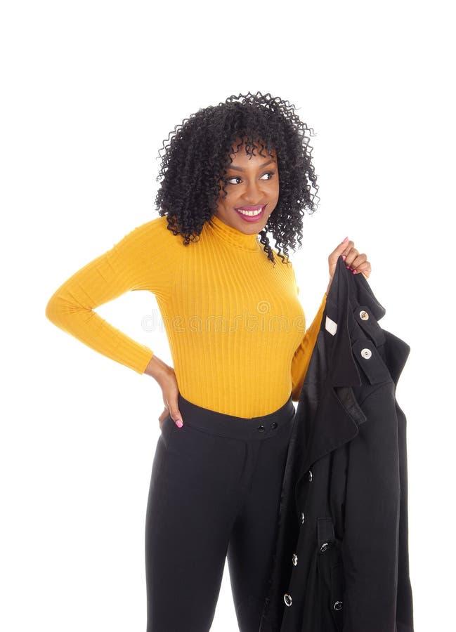 Γυναίκα αφροαμερικάνων στο κίτρινα πουλόβερ και το παλτό στοκ φωτογραφίες με δικαίωμα ελεύθερης χρήσης