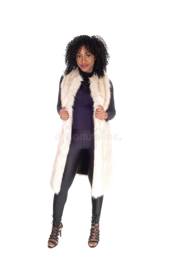 Γυναίκα αφροαμερικάνων στο παλτό γουνών στοκ φωτογραφίες με δικαίωμα ελεύθερης χρήσης
