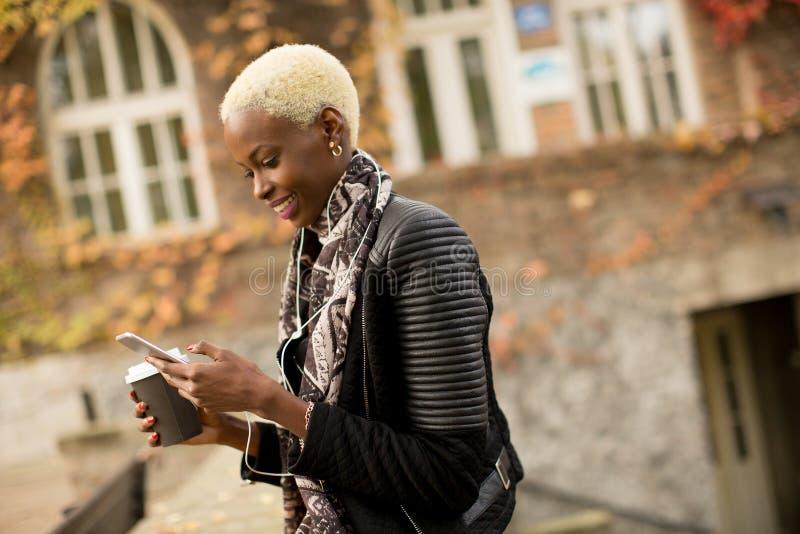 Γυναίκα αφροαμερικάνων Atrractive στο πάρκο φθινοπώρου στοκ εικόνες με δικαίωμα ελεύθερης χρήσης