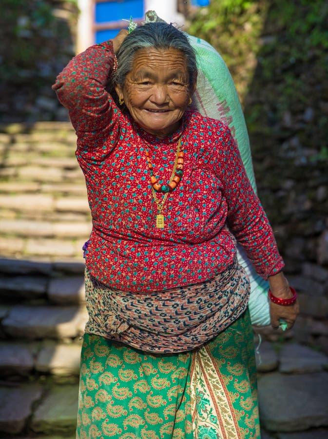 γυναίκα αχθοφόρων του Νεπάλ στοκ φωτογραφία