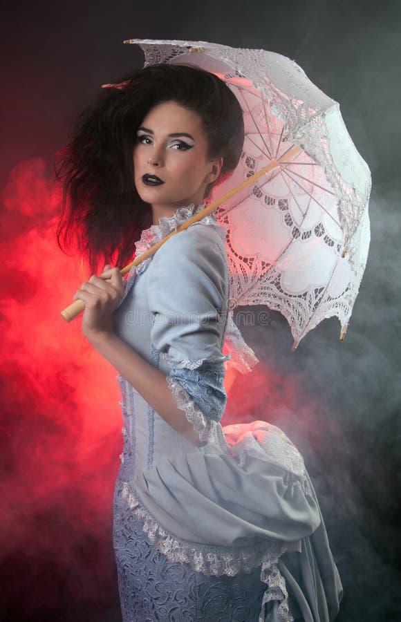 Γυναίκα βαμπίρ αποκριών με το δαντέλλα-parasol στοκ εικόνες