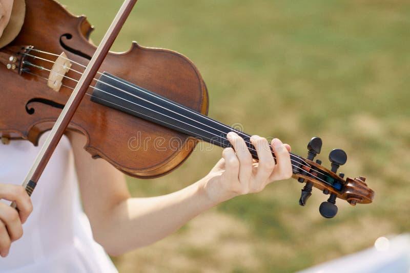 Γυναίκα βιολιστών Νέα γυναίκα που παίζει ένα βιολί στοκ εικόνα