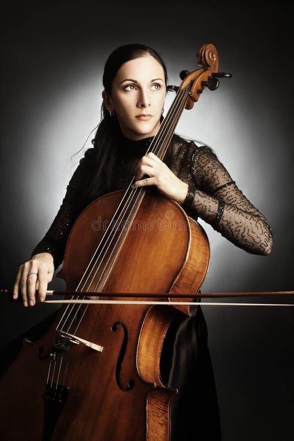 Γυναίκα βιολοντσελιστών φορέων βιολοντσέλων στοκ φωτογραφία με δικαίωμα ελεύθερης χρήσης