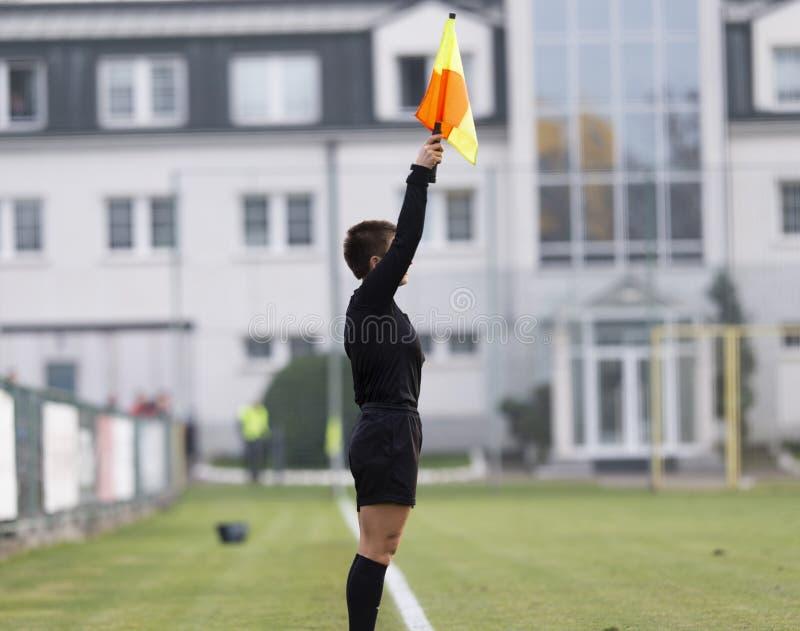 Γυναίκα βοηθός refere στη δράση κατά τη διάρκεια του ποδοσφαίρου στοκ φωτογραφία με δικαίωμα ελεύθερης χρήσης